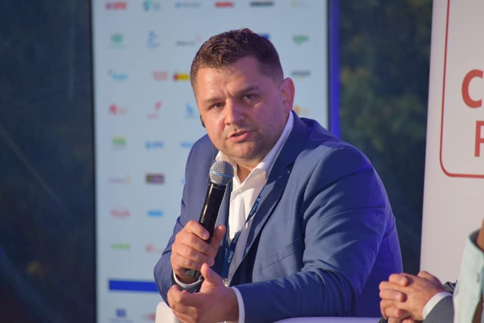 """Robert Kazimierski, Dyrektor Naczleny Commee Bridge, w imieniu Caritas Polska moderator w panelu """"Pokonywanie barier gospodarczych w krajach po konfliktach"""""""